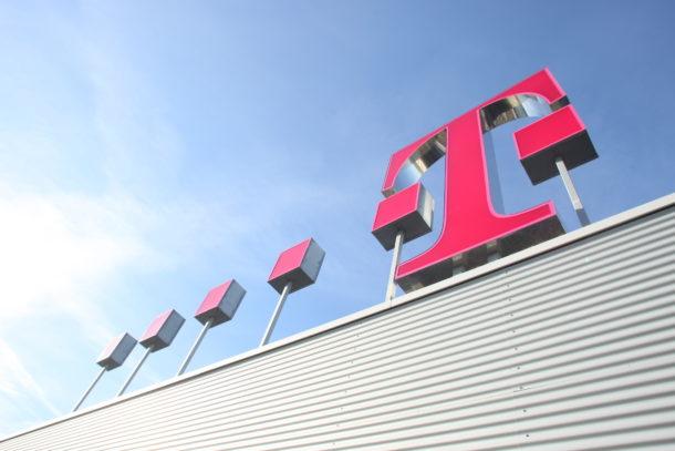 Telekom-Logo-Dach-schraeger-Blickwinkel