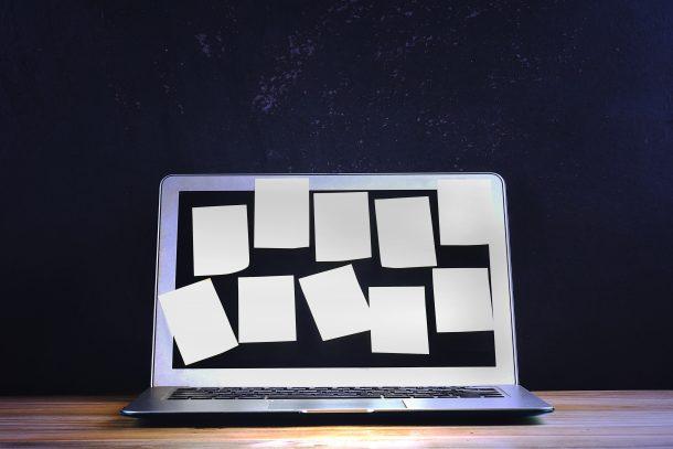 Laptop mit Aufklebern