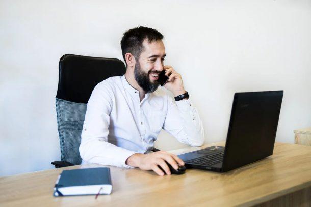 Kredite in der Gründungsphase: Gründer am Telefon und am Laptop