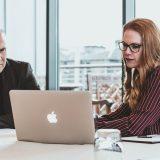 Kredite in der Gründungsphase: Kunde und Bankberater im Gespräch